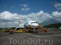 наш самолёт на фоне вулкана Майон