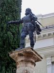 Монумент в центре площади по задумке должен воплощать испанскую расу. Ну не знаю, довольно спорно, наверное, для воплощения этого образа было выбрать Francisco ...