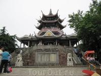 Смотровая башня, обзор шикарный с нее во все стороны, а также можно внутри сувениры прикупить. В основном поделки из дерева, камней и картинки с фотографиями горного массива.