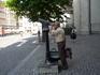 Левен.  Подзорная  труба установлена  напротив  Ратуши, можно разглядеть все детали, вплоть до  выражения лица,мимики  статуй .