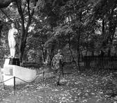 """первое, по настоящему """"грязное"""" место. Детский садик - и памятник возле него"""