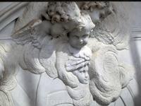 Автором прекрасных скульптур, украшающих фасад церкви, а также барельефов ангелов на фасаде является Альфонсо Джиральдо Бергас (Alfonso Giraldo Bergaz). На фасаде, да и в самой церкви, много образов а