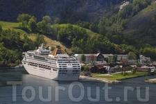 Круизный лайнер в порту Флома на фоне исторической гостиницы Fretheim Hotel. Foto: Rolf M. Sorensen/Flaam Utvikling as