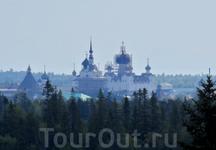 Купола храмов монастыря видны из любого конца острова.