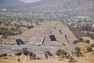 Пирамида Луны и небольшие строения рядом.