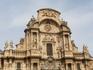 Фасад архитектурно разделен на три слоя горизонтальных и три сектора вертикальных.  На нижнем уровне колоннами выделены двери Собора, которые соответствуют ...