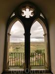 Художник Карлос Муньос де Паблоса был автором окон, которые можно увидеть и в других залах.