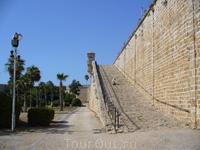 Ступени наверх крепости, где расположены пушки