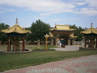 17 священных Пагод окружают  главный Храм