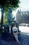 У памятника Х.- К. Андерсену напротив парка развлечений Тиволи
