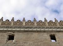 Резное каменное кружево на стене Коллегии.