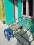 на экскурсии в мальдивскую рыбацкую деревню.... Скамейка у дома :)