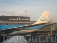 Всего 3 часа лёту и я в эйфории! Огромный аэропорт Схифол. Амстердам встретил нас солнечной, но морозной погодой. Но нам не привыкать!