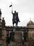 Перед Национальным музеем стоит конная статуя св. Вацлава - святого патрона Чехии, работы Йосефа Вацлава Мысльбека; работа началась в 1887, статуя воздвигнута в 1912, в современном виде скульптурный к