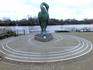 Вокруг статуи в виде кругов Фибоначчи выложено более 1000 памятных табличек с именами тех, кто внес благотворительный вклад в создание и поддержку Образовательного ...