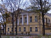 Это уже более монументальное строение - дом Ожегова (Буториных), первая треть XIX века.