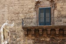 Палермо, каменный дядька грозит в окно