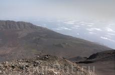 Высшая точка нашего восхождения - окончание осыпающегося конуса и начало кратерной стенки. В кратер не полезли - ветер набрал угрожающую силу и порой сбивал ...