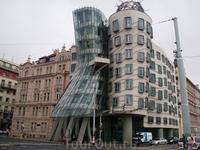 Танцующий дом в Праге  — две цилиндрические части здания в стиле деконструктивизма, в шутку называемые «Джинджер и Фред». Как и многие деконструктивистские ...