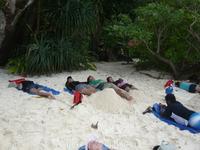 Семиланский остров №8 со своим крахмально-белвым пляжем, но эти туристы, похоже, уже утомились.