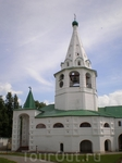 Соборная колокольня (1635) находится к югу от Рождественского собора и по своим размерам вполне ему соответствует. Она была сооружена по приказу епископа Серапиона. Массивный восьмерик с широкими арка