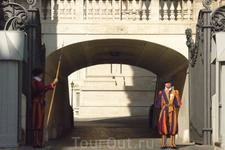 Ватикан -  место, где  находится  престол  Римского  Папы и  его  двора,  испокон  века охраняют   Ватикан  швейцарские  гвардейцы  ,  все подданные Швейцарии ...