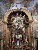 Главный алтарь церкви, построенный в 1760 году в стиле классического барокко по проекту архитектора Miguel Fernández. В центре - изображение святого Антония, сделанное в XVII веке, авторство приписывают скульптору Manuel Pereira.