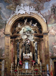 Главный алтарь церкви, построенный в 1760 году в стиле классического барокко по проекту архитектора Miguel Fernández. В центре - изображение святого Антония ...