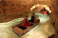 Под городком Тапольца можно покататься на лодочке по пещерной реке.