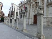 Здание Университета было построено в 1716-1718 годах. Перед зданием Университета также водят бодрый хоровод львы. Сейчас здесь находится факультет права ...