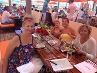 Пообедали на пляже Таити в Сен- Тропе