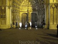 Рок с подсветкой собора Мадонны.