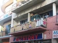 так живут азиатские мигранты...самое забавное - кварталы вокруг улицы Ледра местными жителями незаселены и их занимают мигранты, и в каждом квартале живут ...