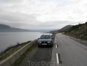 У дороги предусмотрены места для остановки и фотографирования. Транспорта мало.