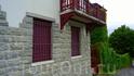Балкончики,решётки и ворота-всё в едином стиле.