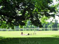 Лондонцы наслаждаются солнечной погодой и нежатся в лучах солнца, редкого гостя на британских островах.