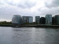 Это комплекс зданий мэрии. Весьма футуристическое строение. Лондонцы вообще не страдают чувством стиля. Современные стекляшки соседствуют со зданиями и ...