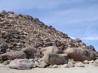 В пустыне Мохаве, рядом с Исполинским Камнем.