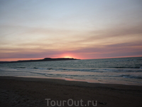 Вечернее море и пляж в Курортном на закате.