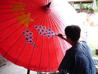 Посещение сувенирной фабрики по производству зонтиков во время путешествия на север страны, это происходило в сезон дождей, так что зонтики использовались ...