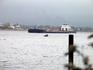 по Неве ходят баржи, а на маленькой лодочке наши рыбаки борются с течением