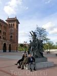Второй памятник - Антонио Бьенвениде, потомственному тореро. За свою славную жизнь матадор убил более 2000 быков. Он с почестями окончил свою карьеру, но нашел смерть на рогах коровы, которая защищала