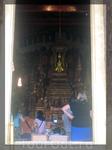 Тот самый Изумрудный Будда. Внутри фотографировать запрещено, все делают снимки у входа в храм.
