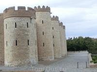 Альхаферия строилась по принципу замок-дворец, когда дворцовая часть находится внутри, за крепкими стенами.