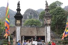 Один из двух храмов. Центральный вход.