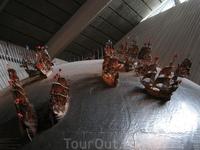 часть экспозиции музея. к сожалению освещение не позволяет сделать качественные фотографии корабля.