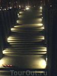 Памятник Голодомору - лестница внутрь.