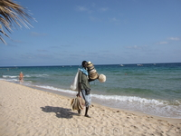 """Один из многочисленных пляжных """"коробейников"""" , по-моему, очень колоритный!"""