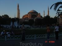 и снова Султанахмет! Что интересно, предшественники Султана строили мечети на деньги, полученные в войнах. А этому султану не удалось выиграть ни одного ...