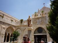 Клойстер - дворик перед фасадом церкви Святой Екатерины францисканского монастыря, примыкающего с севера к Храму Рождества Христова. В центре клойстера, на колонне, установлена статуя Святого Иеронима